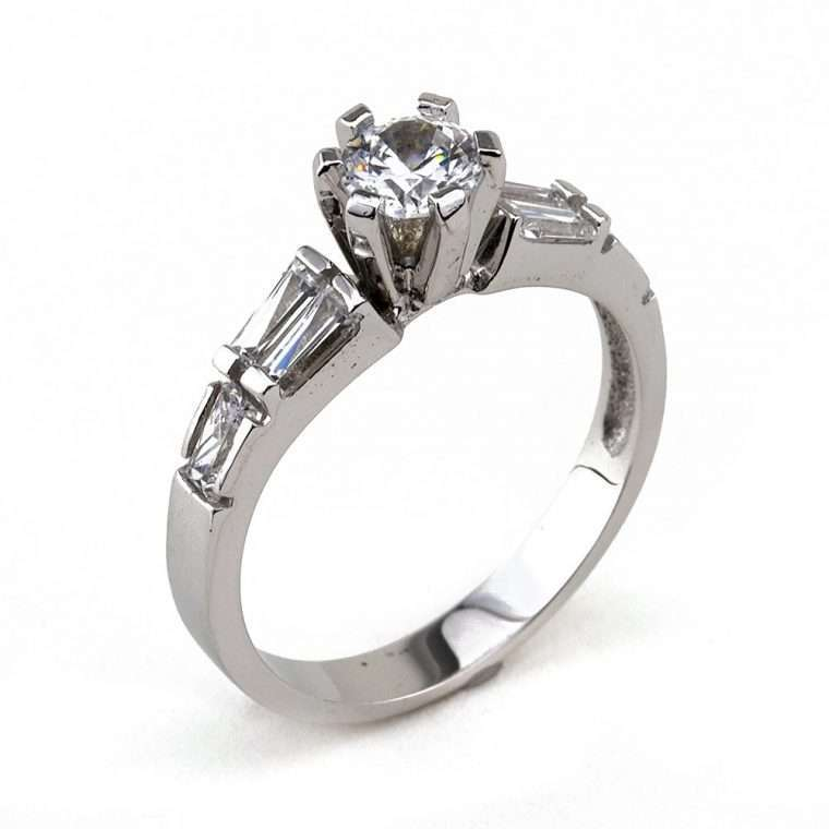 Mονόπετρο δαχτυλίδι , από λευκόχρυσο 14Κ, με πέτρες ζιργκόν.