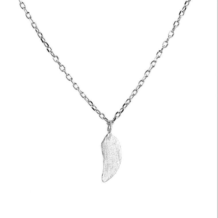 Γυναικείο ασημένιο κολιέ φτερό σε ασημί χρώμα.