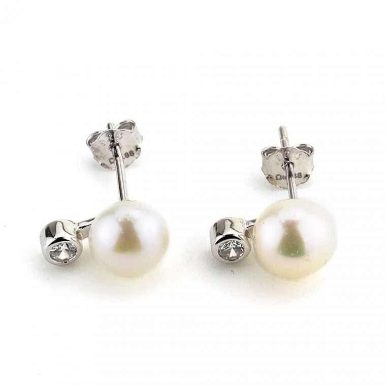 Ασημένια σκουλαρίκι με πέρλα.